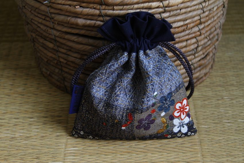 Bourse kinchaku – Fleurs brodées – Niban