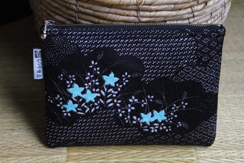 Pochette Fine – Kimono Noir à Fleurs Turquoise