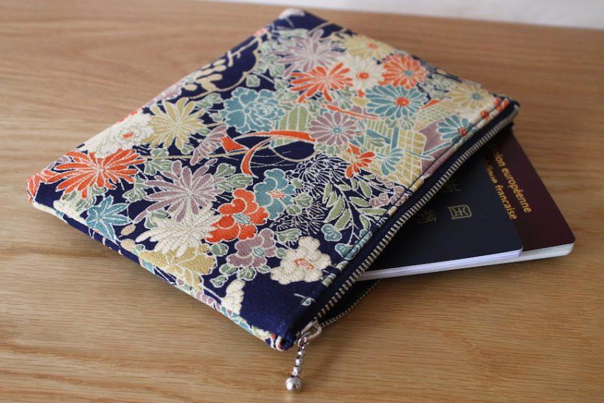 Pochette Fine – Kimono Bleu à Fleurs
